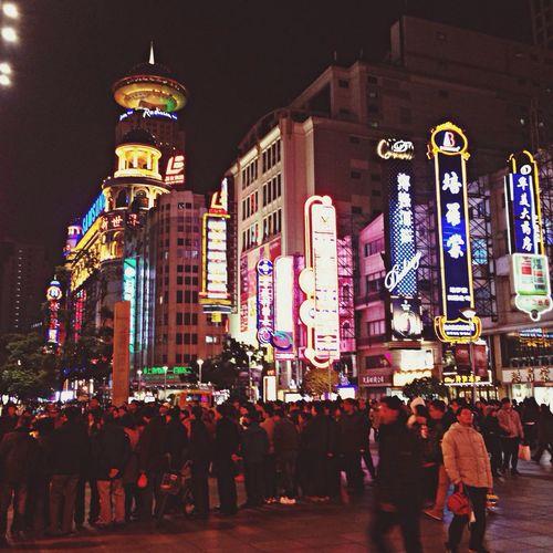 Night Lights Shanghai, China 人山人海,人在上海? MomoTravels