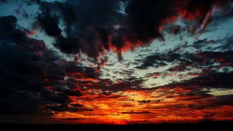 Sunset Sunsets Beautiful Sunset Sunsetlover Sunset And Clouds  Sunset Lovers EyeEm Sunset Sunset #sun #clouds #skylovers #sky #nature #beautifulinnature #naturalbeauty #photography #landscape Sunsets_fx Sunsethunter