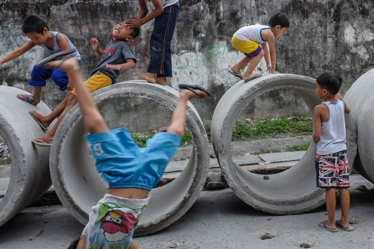 Let s get ready to rumble The Street Photographer - 2018 EyeEm Awards Water Friendship Childhood Spraying Full Length Boys Togetherness Child Playground