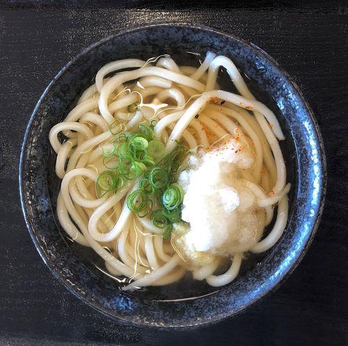 『こだわり麺やフレスポ高松店』 早めに入ったら早朝サービスがあり、50円引きでした。ラッキーです。 かけうどん小 ¥150 サービスのせいではなくて、私はここのかけうどんが好きなんです。地味に昆布が効いてるのかと思います( ^ω^ ) Udon Pasta Italian Food Food And Drink Food Healthy Eating Wellbeing Freshness