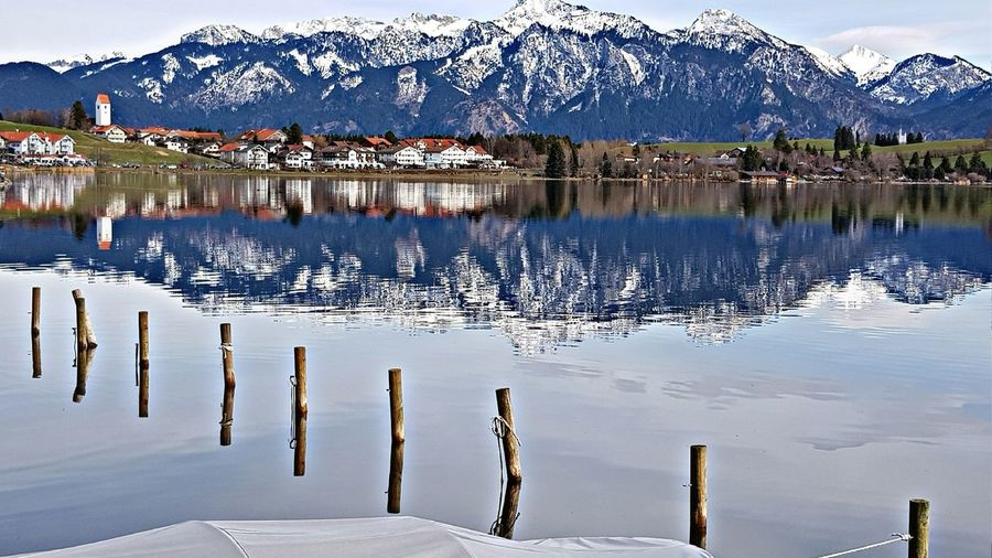 Hopfen am See im Allgäu Allgäu Füssen, Bayern, Deutschland Seeg Water Mountain Lake Wooden Post Reflection Agriculture Sky Landscape Mountain Range
