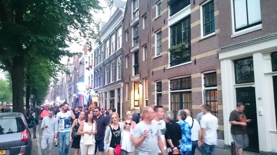 Frente a la Casa de Ana Frank en Amsterdam Holanda