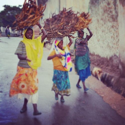 """Não esqueça de que há realidades mais difíceis. ❤ """"Se é de batalhas / Que se vive a vida (Vai!) / Tente outra vez"""". (P. Coelho e R. Seixas) BrothersLove Harar Etiophia Travel travelers"""