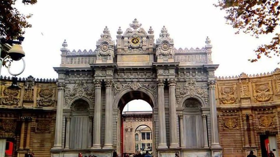 Dolmabahçe Sarayı - Dolmabahce palace Istanbul Istanbulove Istanbul Turkey Istanbullovers Istanbulcity Architecture Arch Built Structure Building Exterior Travel Destinations Façade Ornate Famous Place Clear Sky Entrance Tourism History National Landmark Outdoors Arched Triumphal Arch Arcade Sky Day The Past