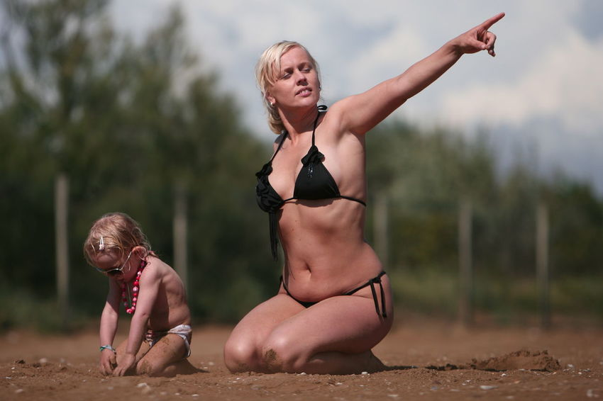 camp near venice, no digital ingerations, red sand near venice, red sand near venice with 3 years old girls. fashionable fotosesion Bath Black Blond Long Hairs Bokeh Photography Hair Mother & Daughter Natural Lights No Digital Ingerations Red Sand Near Venice Sand Sunbath Sunbathing Swimming Swimsuit