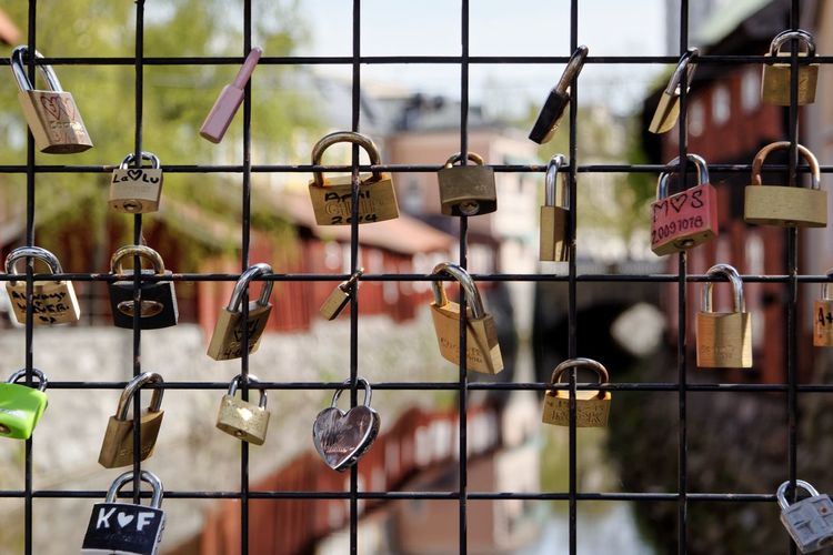 Love Padlocks Grid Bridge River Dof
