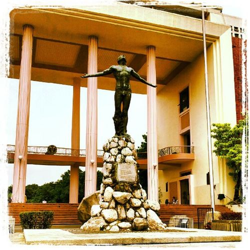 Si Oble Upoblation Oblation Oble Up updiliman updilimancampus sculpture instagraphy themanansala quezonhall