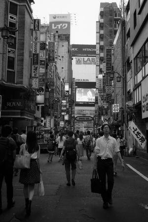 新宿あたり フィルム フィルム写真 Film Photography Film Streetphotography モノクロ 白黒 B&w Blackandwhite Zuiko AcroS Neopan Fujifilm Acros100 新宿 City Crowd Men Road Women Pedestrian City Life Walking Street City Street