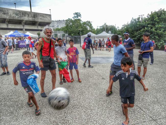 Un joli moment d echange entre un athlète veteran du Portugal et les enfants de la Laduchère Lyon autour d un ballon de Football France Wmac2015 Onlylyon Happiness Urban Landscape