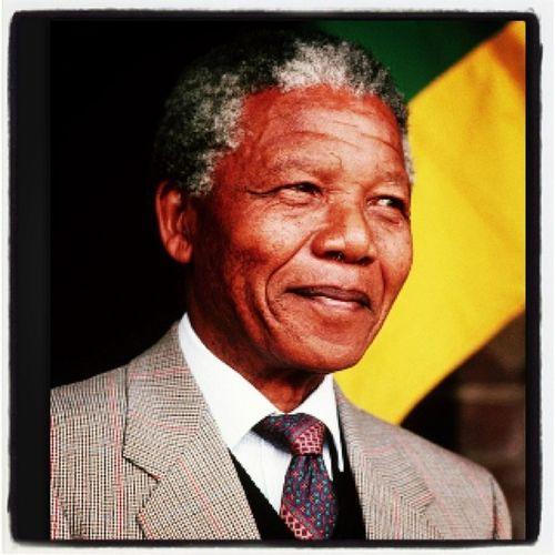 """R.I.P Nelson Mandela - admiração eterna!! """"É bom você presumir que os outros sejam pessoas íntegras e honradas, porque você tende a atrair integridade e honra se olhar dessa forma para as pessoas"""". (Nelson Mandela, em Conversas que tive Comigo, pág. 249) RIPNelsonMandela Nelsonmandela  Idol Noapartheid noracism"""