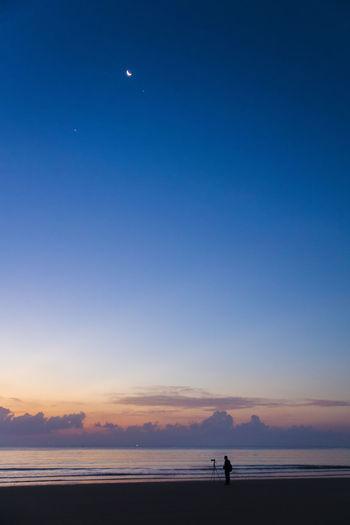 睡眼朦胧去照相,说拍日出要趁早,星月当空到海边,人家脚架早架好。 photographer Sky Beach Sea Outdoors Dusk Silhouette Photographer Sunrise