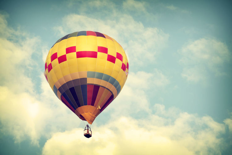 Fight Hot Air Balloons Trip Vintage Style Adventure Air Vehicle Balloon Balloon Festival Ballooning Festival Cloud - Sky Day Extreme Sports Flying Hot Air Balloon Journey Low Angle View Multi Colored No People Outdoors Parachute Retro Style Sky Transportation