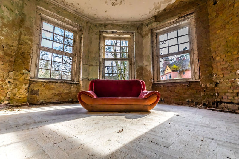 Mein Platz ist frei, My place is free Canonphotography Canon5Dmk4 Canon Colorful Color Windows Window Couch Red Color Red Red Couch Shadow Shadows & Lights Perspective Perspective Photography Perspectives And Dimensions Light And Shadow Light Rotting Old Ruin Window Abandoned Red Domestic Room Dirty Bad Condition Architecture Built Structure Broken Damaged
