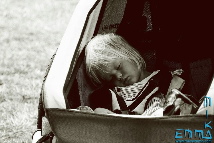 Tired Relaxing People Kalmar Kalmarstadsfest Streetphoto_bw Blackandwhite Urbanphotography Streetphotography Sleepy Kids