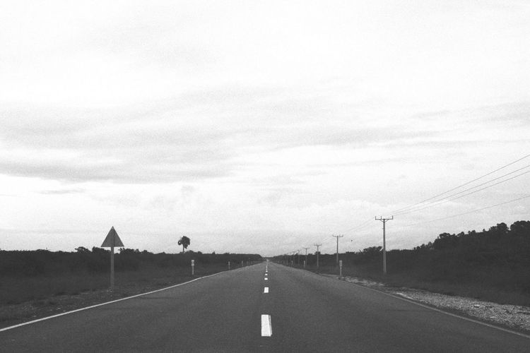 Black & White Road Sky Asphalt Cloud - Sky Outdoors Road Sign The Way Forward No People Lifeisbeautiful White Lines Cuba Streets Route