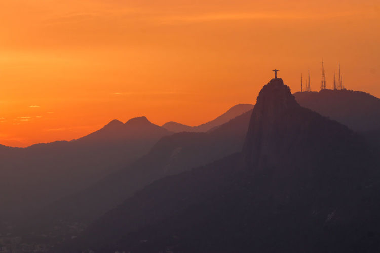 Cristo redentor Point Of Interest Statue Cristo Redentor Rio De Janeiro Sunset Red Sunset Mountain Top Perspective Imposing Brasil Politics And Government Mountain Sunset Silhouette Beauty History Religion Place Of Worship Sky Architecture Sculpture