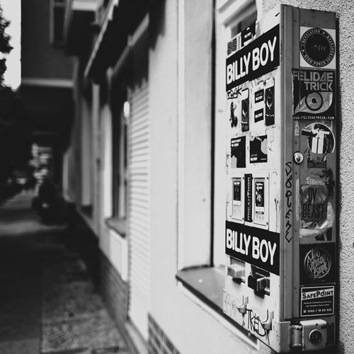 Kondomautomat in der Wohnstraße Neukölln Billyboy Kondome Automat bw street