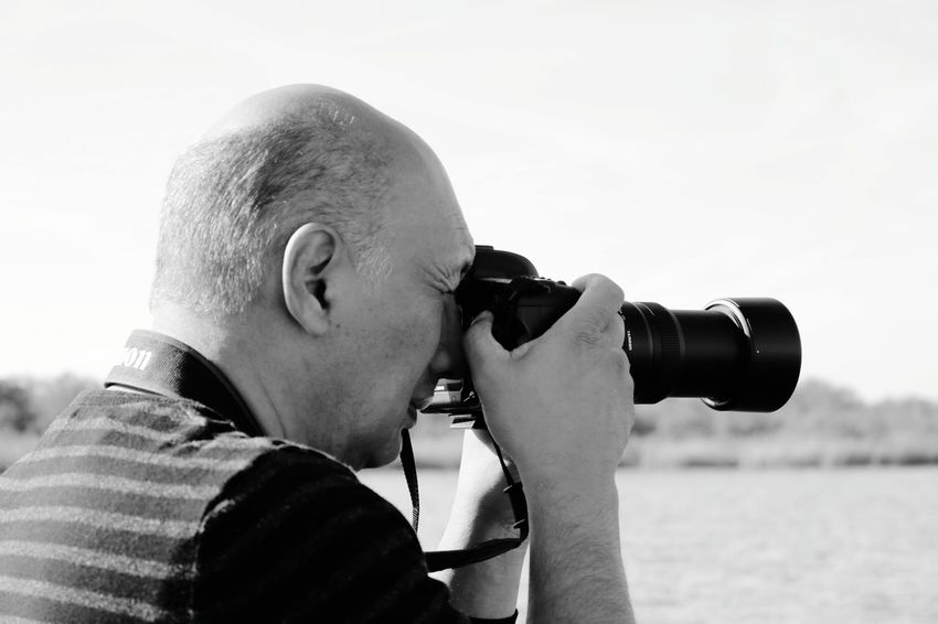 fotograaf EyeEm Selects Coin-operated Binoculars Photography Themes Searching Men Headshot Camera - Photographic Equipment Watching Discovery Digital Single-lens Reflex Camera Photographing