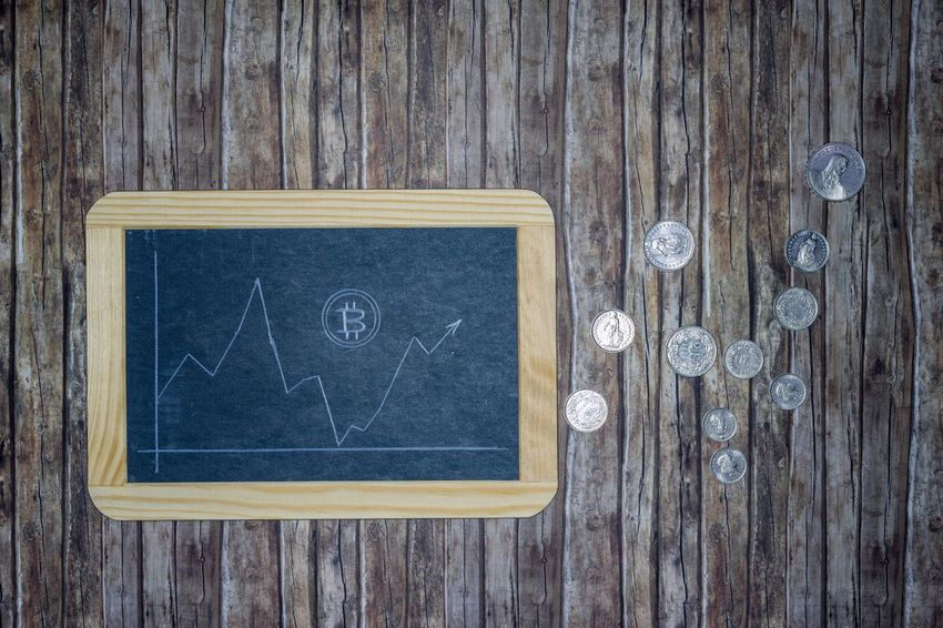 Bitcoin course on chalkboard with creed pencil drawn on wooden background with money coins - Bitcoin Course Real Time Decline Rise Fall Sway Slate Wallboard Blackboard  Chalkboard Chalk Pen White Background Wood Structure Repeat Lines Pattern Digital Coin Payment System Money Unit Money Remittance Transfer