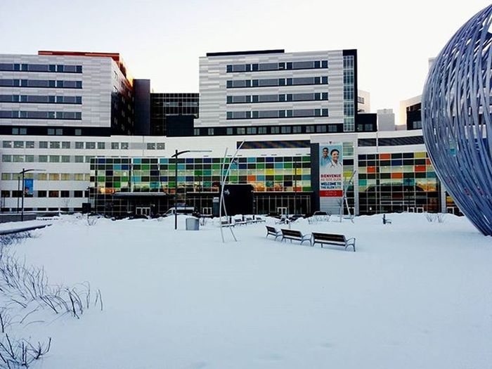 Living the hospital life this morning Hospital Muhc Cusm Winter Apple Snow MTL Montréal Amazing Cold Sunny Amazing Awesome Doctor  Morning Photography Architecture Design Colourfull