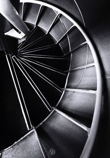 Confiamos en que el tiempo es lineal. Que se sucede eternamente y de manera uniforme hacia el infinito. Pero la distinción entre pasado, presente y futuro no es más que una ilusión. El ayer, el hoy y el mañana no son consecutivos. Están conectados en un círculo sin final. Todo está conectado. https://youtu.be/Gf1WT8VEZxk Dramas Y Caballeros Por Mis Desastres Me Conocerás Sócrates: Yo Tampoco Sé Nada Mis (b)alas De Respuesto Scenics Architecture Blackandwhite EyeEmNewHere EyeEm Gallery Steps And Staircases Staircase No People Spiral Indoors  Close-up