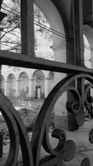 Looking Looking Through Through Gate Old Gate Beyond Beyond The Gate Courtyard  Architechture Architecture_collection The Architect - 2016 EyeEm Awards Black And White BW_photography