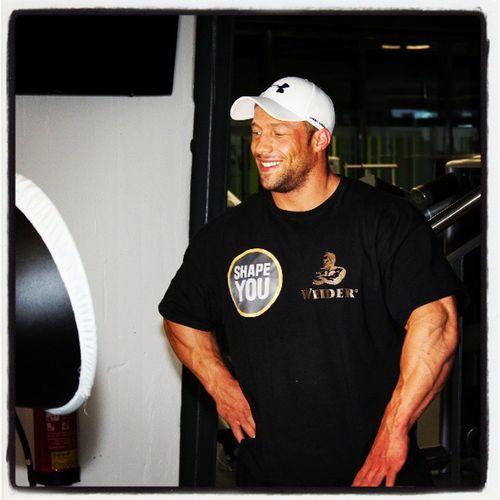 Tim Budesheim mit guter Laune beim ShapeYOU Videodreh Bodybuilding Weider Sportsnutrition ShapeYOU Training