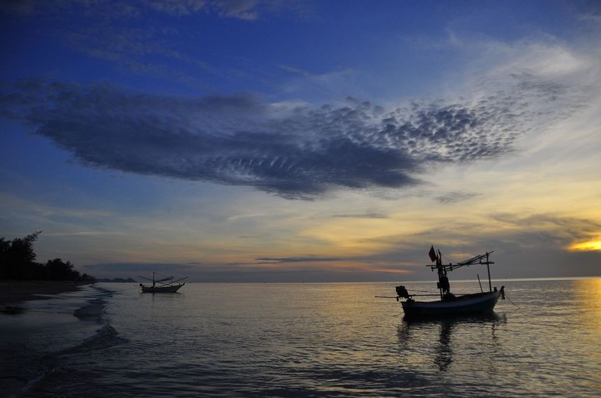 Silhouette Silouette & Sky Blue Sky Boat Boat In The Sea Sea Sea And Sky Silhoutte Photography Sky Light And Shadow Evening Sky Sunset Boat In Sunset Evening View Evening Light Evening Sun Evening Photography ใน Thailand