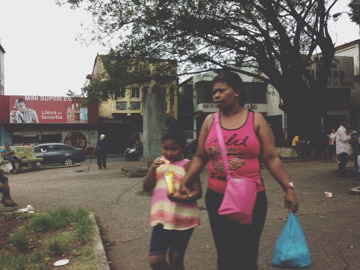 Gente en la avenida - Colón, Panamá. Taking Photos Beautiful Surroundings Walking Around People Watching