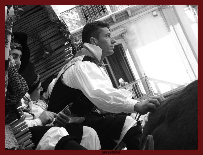 Sardegna, festa di Sant'Efisio, patrono di Cagliari A maggio a Cagliari parte la processione di Sant'Efisio martire, cui partecipano da millenni tutti i gruppi folcloristici e tutti i paesi della regione, ognuno con i propri costumi tradizionali. Le donne cantano lodi, gli uomini si occupano dei cavalli e dei carri tirati dai buoi per quattro giorni, quando la statua, dopo essere stata benedetta in mare, torna nella chiesa al santo intitolata. Sfilata di partenza, 1 maggio Sardinia, feast of Sant'Efisio, patron saint of Cagliari In May, in Cagliari, the procession of martyr Saint'Efisio, to which take part for thousands of years folkloristic groups coming from all the villages of the region, all wearing their traditional dress, start from the cathedral . Women sings praises, men take care of horses and wagons pulled by oxen for four days, when the statue, after being blessed in the sea, returns to his church in the middle of the city 1 May Departure parade early in the morning Processione Sant'Efisio Traditional Clothing Abiti Tradizionali Cagliari Folk Parade Folk Wagons Folklore Low Angle View Man Driving Wagon Oxen Pulls People Processione Religiosa Real People Religious Processions Saint Patron Sardegna Sardinia Traditional Dress Young Adult