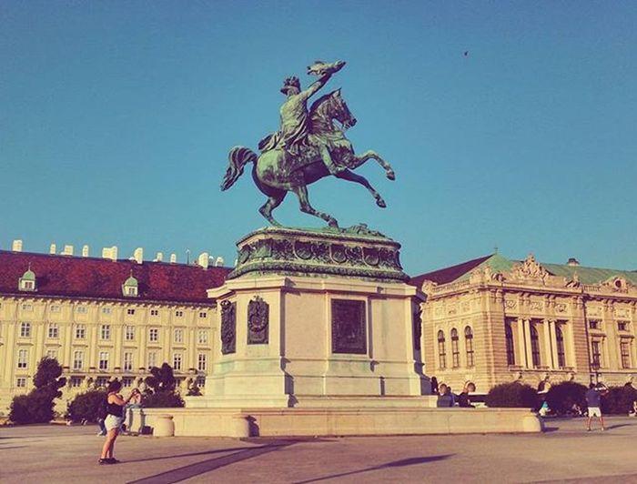 Projectsw Hiddentreasure Vienna Wien : 비엔나 기마상 세번째 . 우연의 선물로 가장 좋아하는 사진을 남겼고 거리연주가의 아름다운 기타 연주를 들었던 장소. 빈은 지나치게 덥고 습해서 얼굴이 온통 빨갛게 익어버릴 정도였지만 더 머무르지 못하는 것이 안타까웠다. Equestrian Statue Hofburg Square Afternoon Sunlight Clearsky Austria Alonetraveller 2015  여행스타그램 빈 오스트리아 나홀로여행 유디니