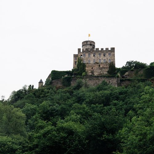 There are more than 20,000 castles in Germany. Here is one of the best known - Castle Pyrmont. 🏰 Germany EyeEm Nature Lover EyeEm Germany Eye4photography  EyeEm Best Shots Architecture Building Exterior History Built Structure Tree Castle Low Angle View Fort Travel Destinations Medieval Day No People Nature Ancient Outdoors Green Color Clear Sky Growth Sky