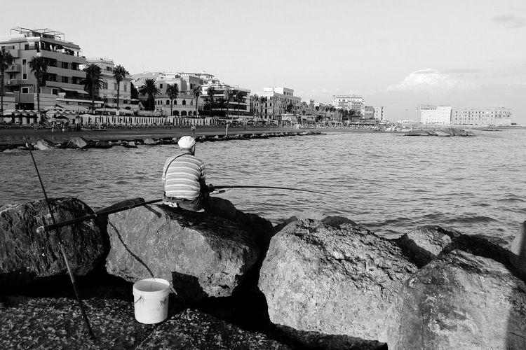 Anzio Huaweiphotography Huaweip8 Lite Black And White Black & White Fisherman Pescatore Pescatore Seduto Anzio