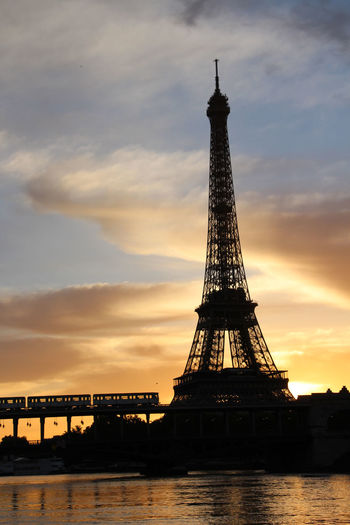 il est 5H00, Paris s'éveille ! Eiffel Tower France Metro Paris Paris, France  Tour Eiffel Architecture Built Structure City Cloud - Sky Famous Bridge La Seine In Paris La Seine Metro Photo Métro Parisien Pont De Bir-hakeim Reflexions Reflexions Water Travel Destinations