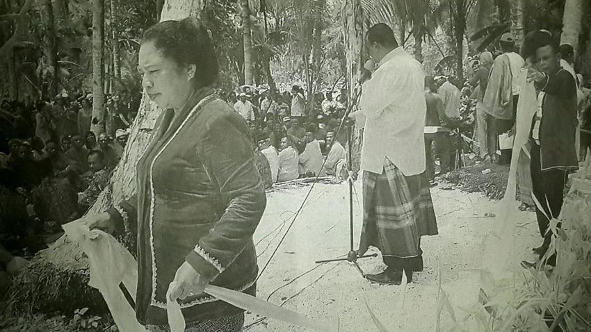 Capturing original picture (Kompas/Fransiskus Pati Herin) on page 23rd of Kompas Daily Newspaper (10/29/15). Ibu Melingkari Upacara Pembaruan Sumpah Adat Komunitas