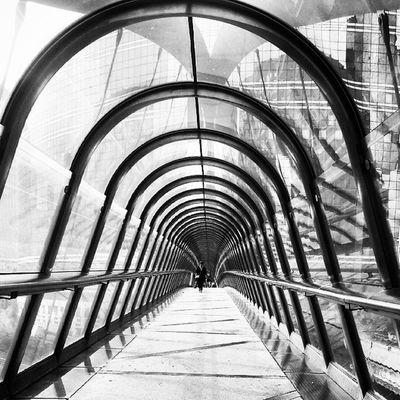 Passerelle à la Défense - Paris Ladefense Paris Parisjetaime Iloveparis instadaily instaparis instacool instagood photography photooftheday igersparis architecture city igers tuesday