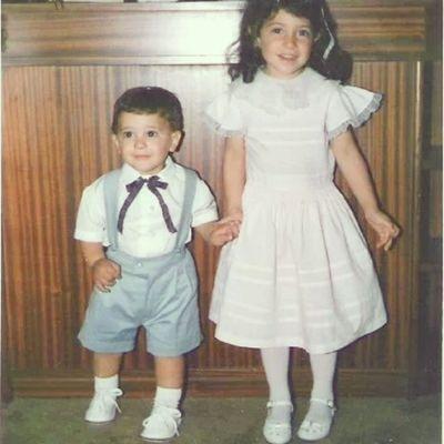 Con ese enterito de gala, esos zapatos blancos, y ese intento de moño, como no elegirme como hermano no? FelizDIa