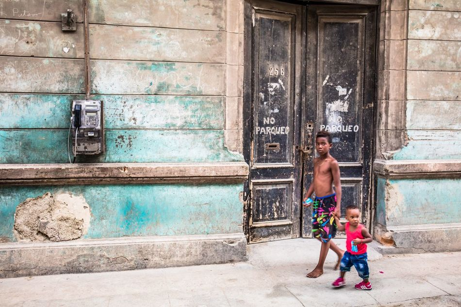 Each one teach one. Street Life La Habana Cuba Cuba Collection Stolen Moments Cubano Feel The Journey Streetphotography Original Experiences Good Vibes Check This Out Brotherhood People Together People And Places Let's Go. Together. Stories From The City Human Connection