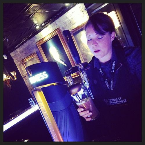 Beth is going to build a perfect pint of Guinness in exact 119,5 seconds. Wonderful. #tbex Travelblogger Storehouse Bar Lovedublin Tbex Travel Guinnessstorehouse Dublin Connoisseurbar Guinness Perfectguinnes Zapfen Draw Perfectpint Tour Pint Reisen Beth Connoisseur Travelblog