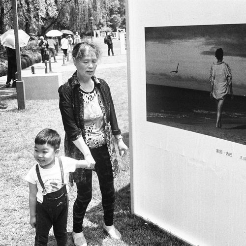 Child Family Street Photography Bnw Zhejiang,China Filmphotography