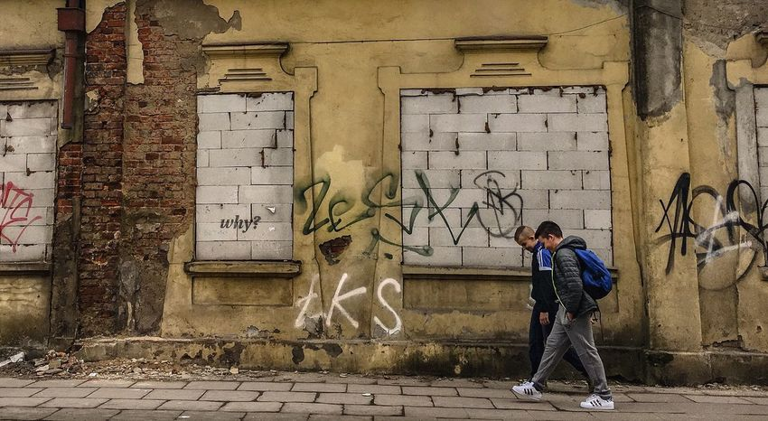 Street Zaniedbane Stare Budynki Kamienica Mlodzież Miasto Ulica Full Length Wall - Building Feature One Person Graffiti Architecture Real People Stories From The City Young Adult Built Structure Lifestyles Day Young Men City Stories From The City