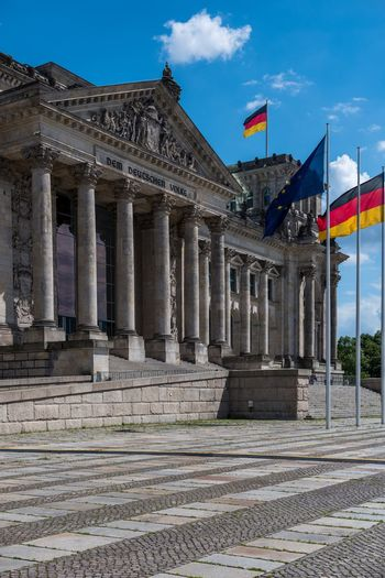 Dem Deutschen Volke Reichstag Reichstagskuppel ReichstagBuilding Reichstagsgebäude German Flag Deutsche Flagge Flag Germany Deutschland Berlin Berliner Ansichten Berlin Photography Berlin Mitte Berlinstagram Architecture National Icon Patriotism Architectural Column
