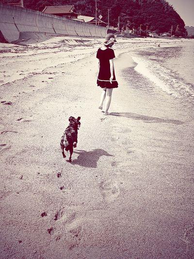 Awajishima Ocean Sea Dog Wife Family Blackandwhite Black And White Photography Blackandwhite Photography Black & White Black And White Nature People Together Live For The Story