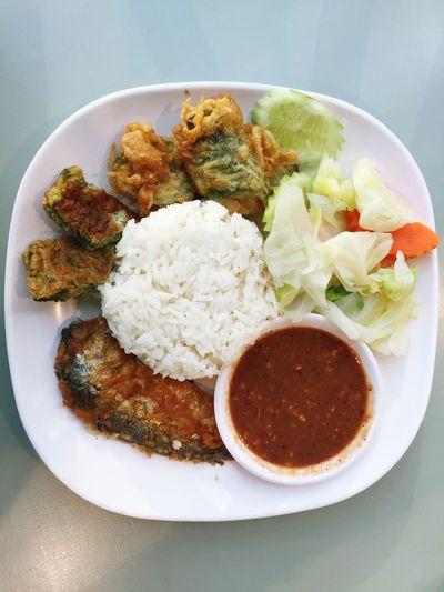 Fried mackerel with shrimp paste sauce : Thai Food Fried Fried Mackeral Shrimp Paste Thai Food Food Rice Fish Fry Dish Foods
