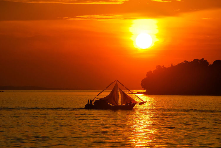 Sunset Orange Color Sea Travel Gold Colored Tourism Silhouette Travel Destinations Vacations Sailing Sailing Boat Sailing Ship Decorative Ship Stockphoto Boats⛵️ PenyengatIsland Penyengat Island EyeEm Selects Tropical Climate Sea Life EyeEm Best Edits Ship Landscape EyeEmNewHere Scenics Be. Ready.