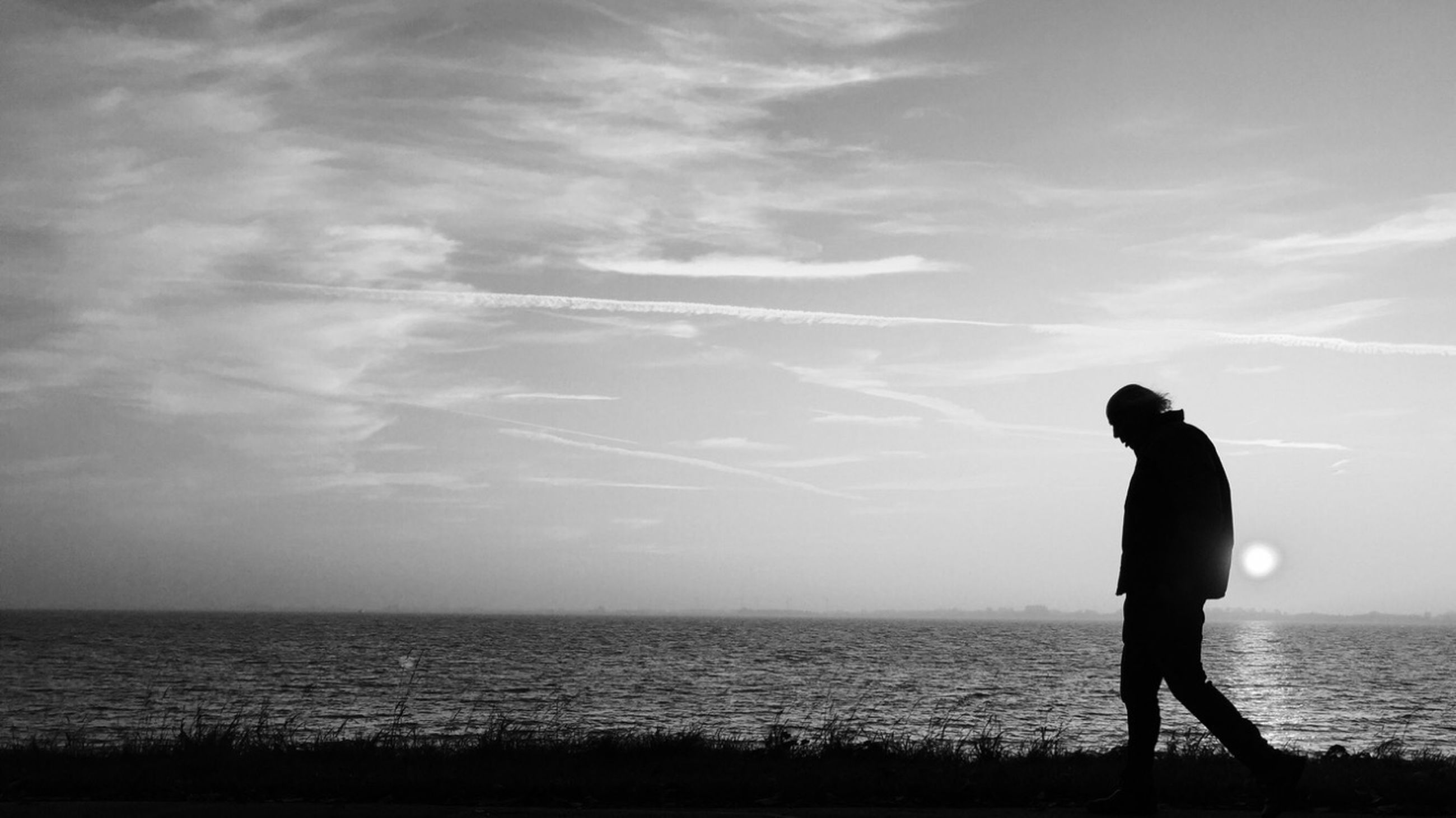 horizon over water, sea, water, silhouette, full length, sky, lifestyles, standing, leisure activity, tranquility, tranquil scene, beauty in nature, scenics, rear view, nature, men, beach, side view