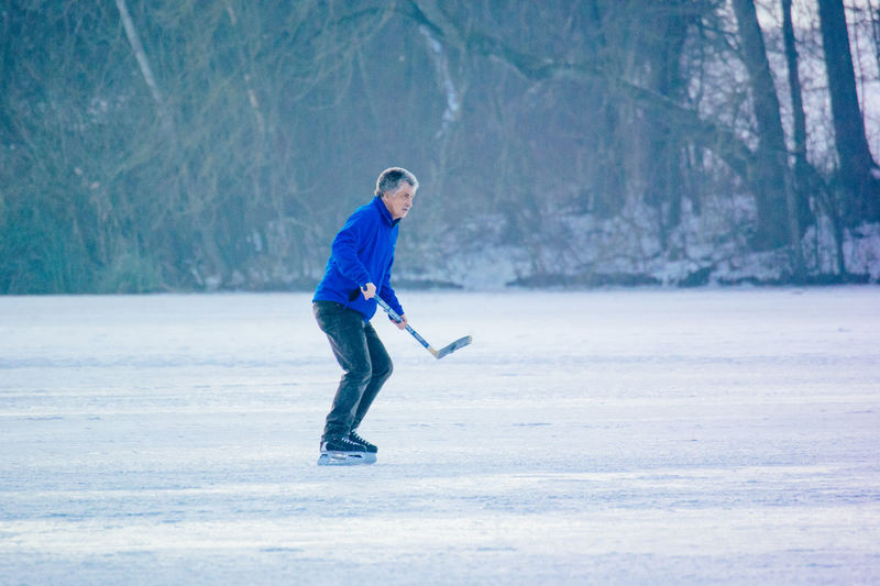 Adult Adults Only Cold Temperature Day Full Length Golfer Ice Skate Leisure Activity Mauensee Nature One Man Only One Person Only Men Outdoors People Snow Sport Standing Switzerland Vitality Warm Clothing Weekend Activities Winter Winter Sport
