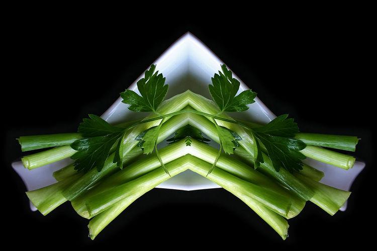 Küche Kochen Weiss Grün Gemüse Frühlingszwiebeln Black Background Symmetry No People Green Color Studio Shot Indoors