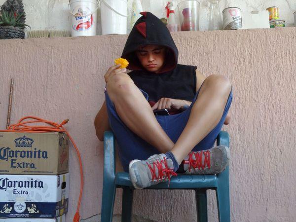 Comiendo un rico mango Sol Sony Natural Dinosaurio Guadalajara Boy Chico Shorts Felicidad Frutas Y Verduras Frutas Sentado una rica y jugosa fruta