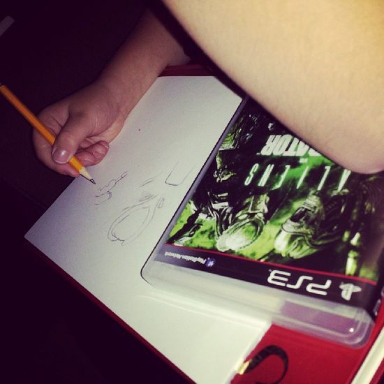 Kid2 ritar en predator ♡ vi har haft lite tvspelskväll med mina vuxenspel ;) Predator Games Draving